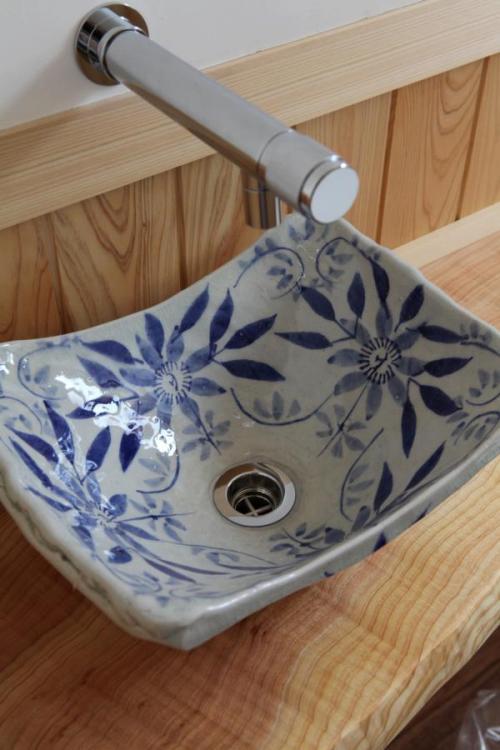 自然素材による木の家のトイレ(便所)の陶器の手洗器