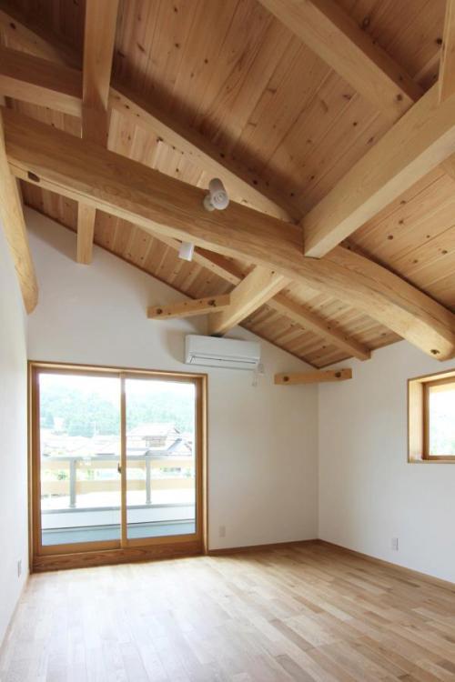 ロッジ風でねじれた丸太梁のある自然素材による木の家の子供部屋