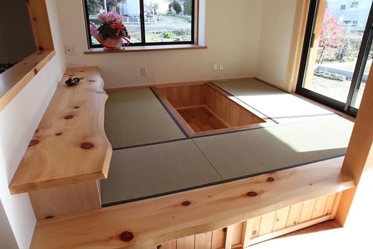 掘りごたつと畳のある自然素材による木の家の一段上がったダイニング(DINING)