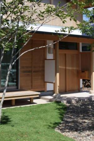 自然素材による木の家の縁側と植栽豊かな玄関廻り