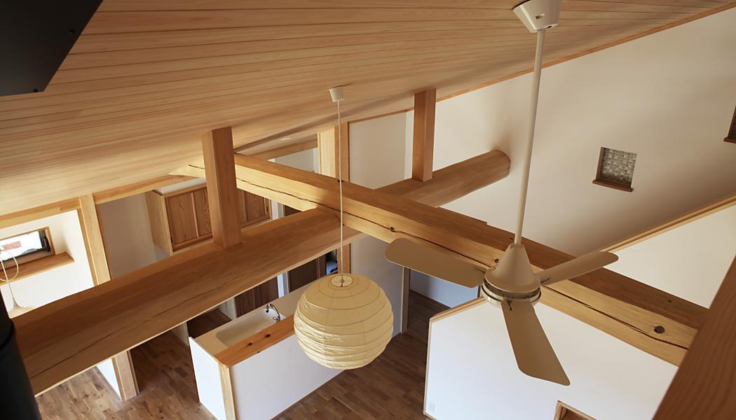 自然素材による丸太組みのある木の家の画像