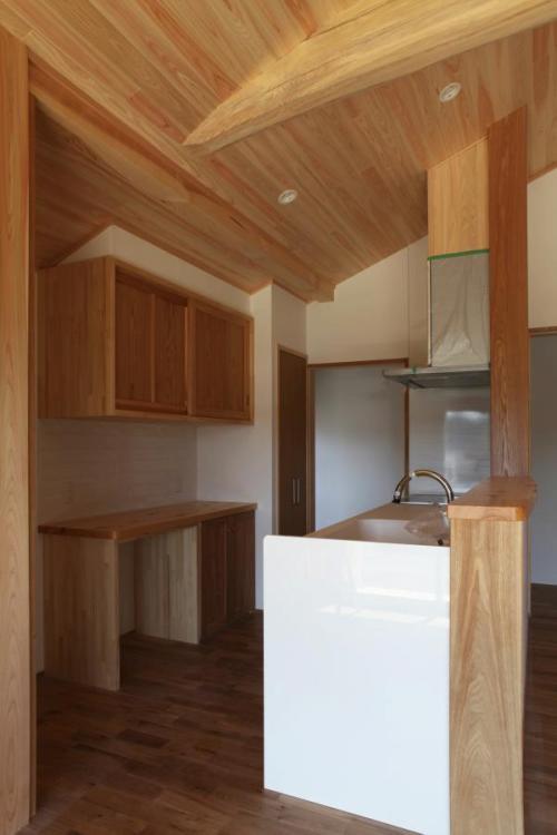 家全体を見渡せる自然素材による木の家のキッチン(kitchin)
