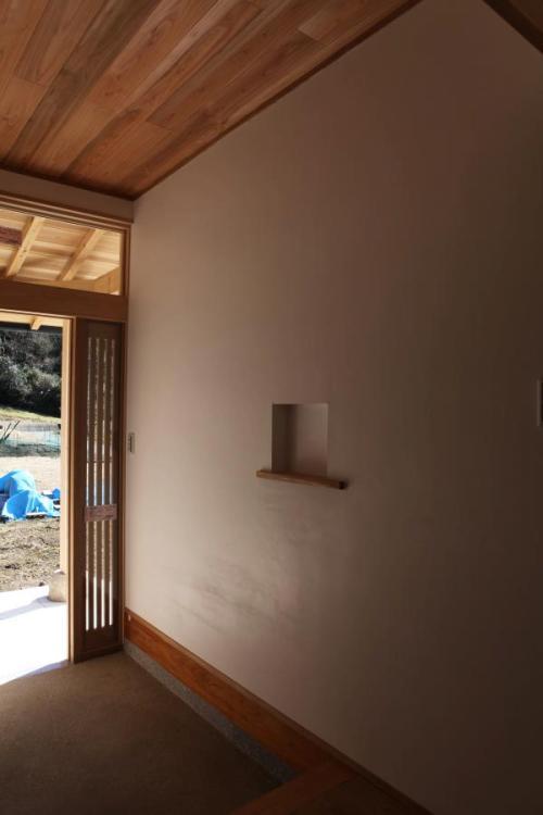 自然素材による木の家と漆喰の玄関廻りの小さなニッチ
