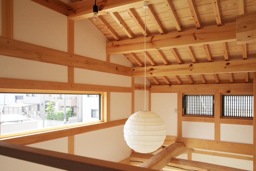 愛知県で和風のカフェ(cafe)スタイルの自然素材の木の家の吹抜け部とイサムノグチの和風照明