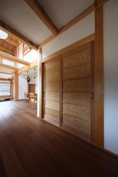 町家のような家の和風注文住宅の木製戸