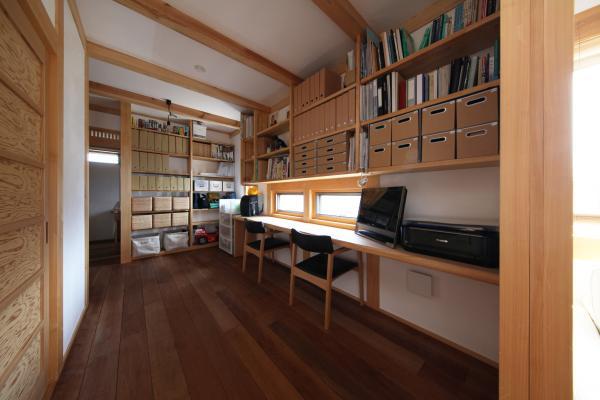 自然素材による木の家の大きな収納棚