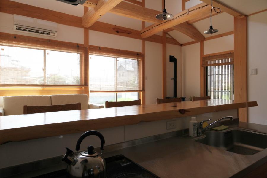 町家のような家の和風注文住宅のキッチンカウンター