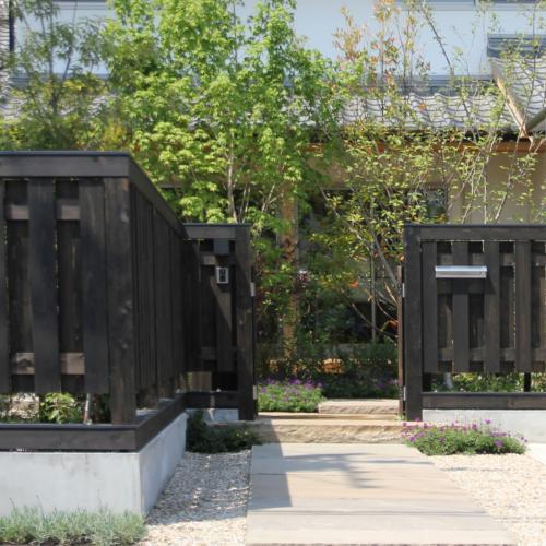 町家のような家の和風注文住宅の外構の黒い木塀