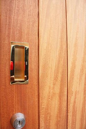 自然素材である国産無垢の木(杉)の玄関戸