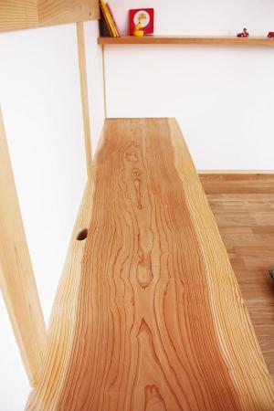 自然素材である国産無垢の木(杉)の大きな一枚板