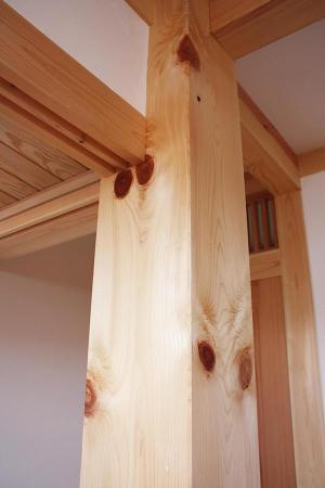 自然素材である国産無垢の木(桧)の大黒柱