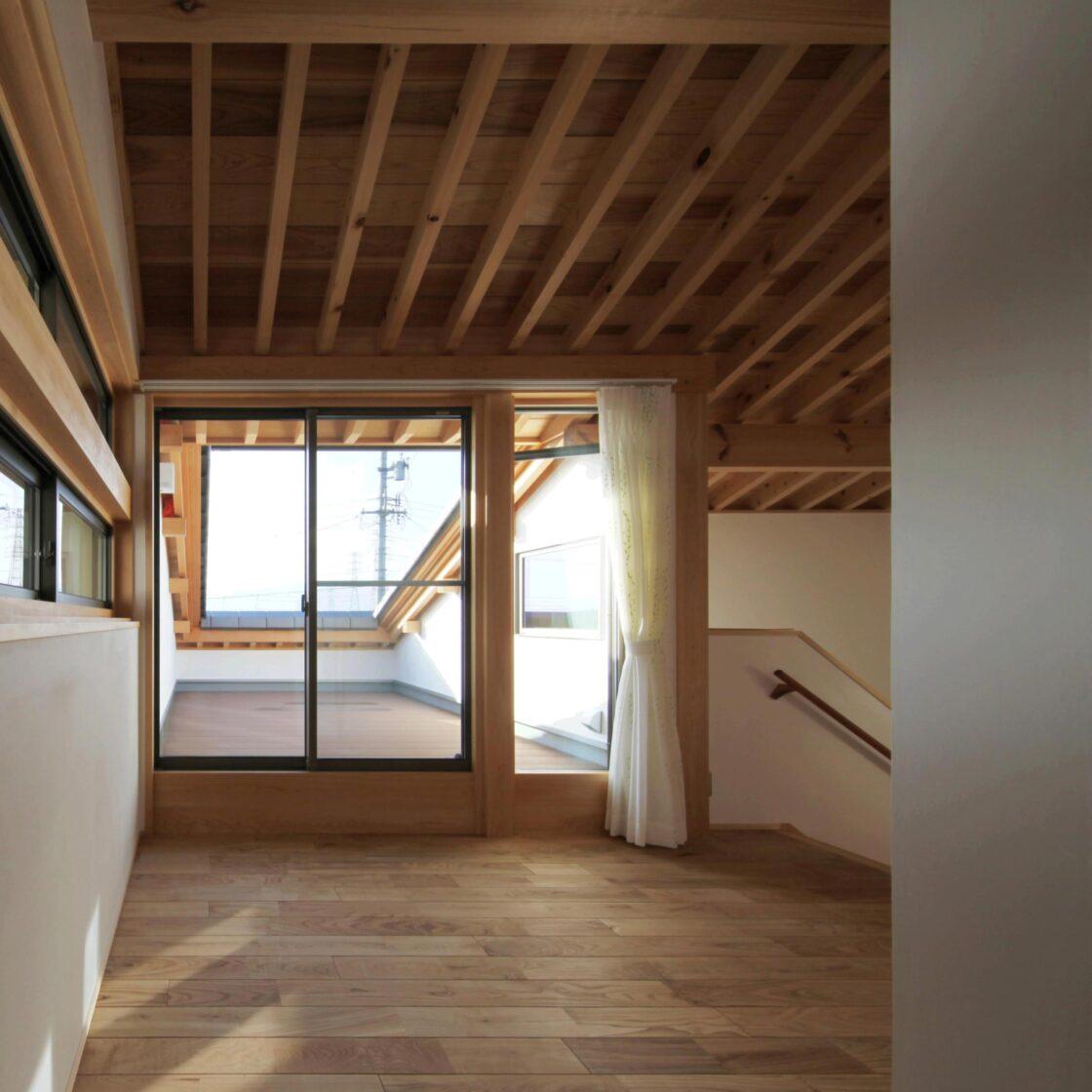 自然素材の木の家のテラス