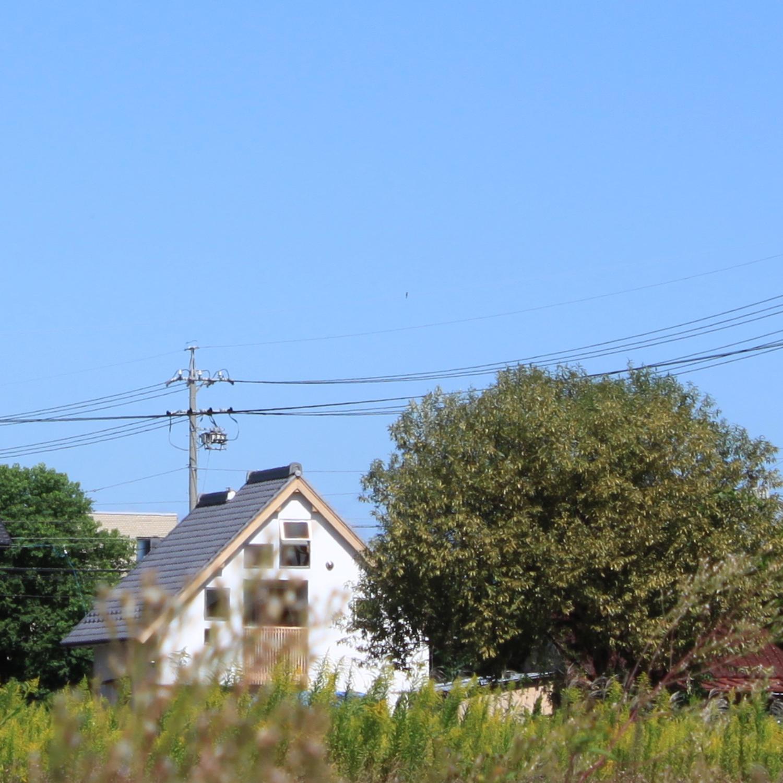 小さな自然素材の木の家の外観ファサード