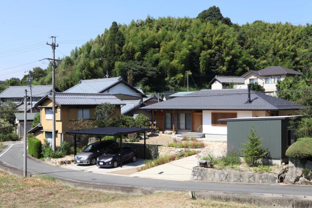 自然素材の寄棟屋根の木の家の平屋の家