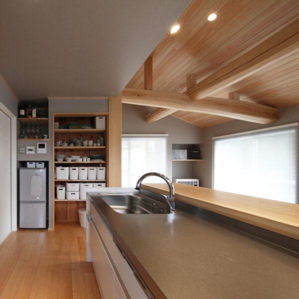 和モダンな自然素材の家のリビング