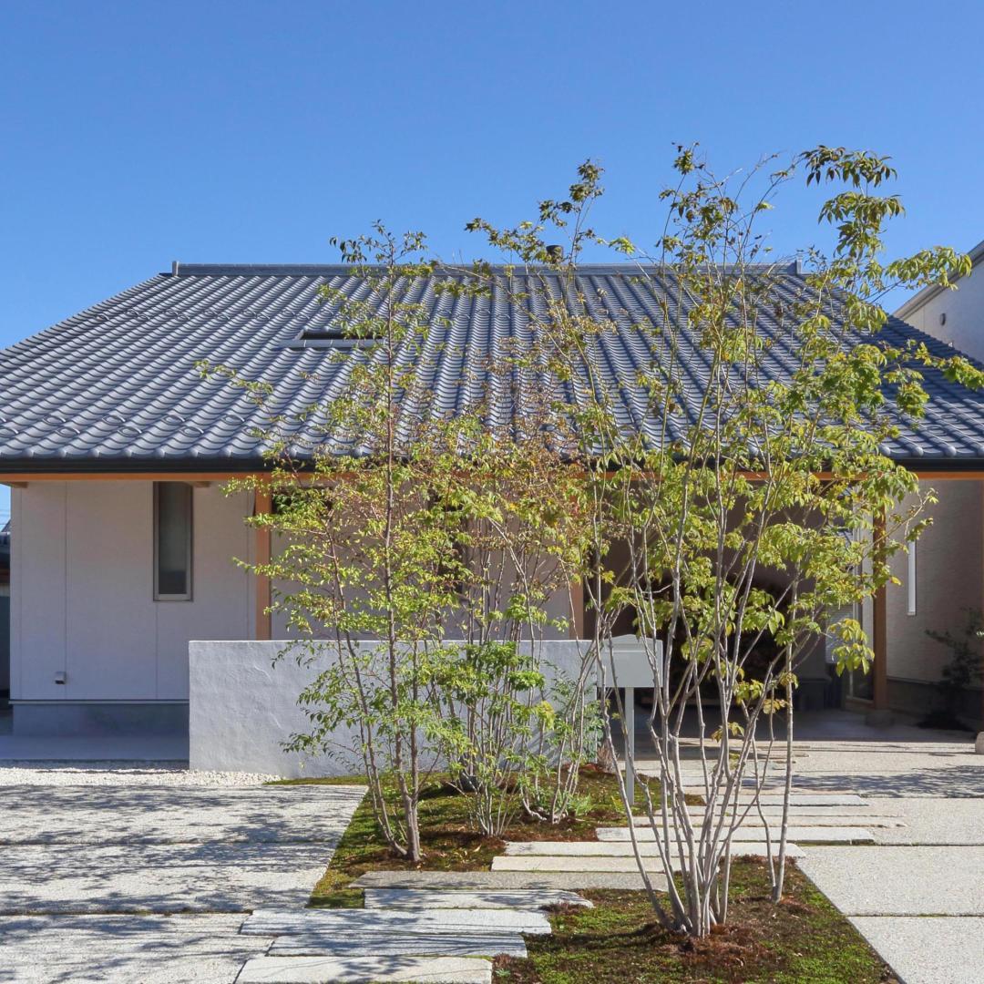 デザインされた木の家のお庭づくり